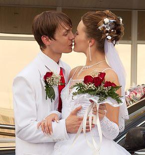 Hochzeitspaar beim Küssen.